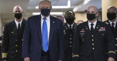 Donald Trump se muestra con tapabocas por primera vez