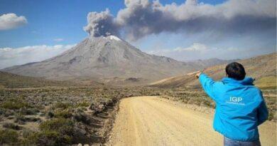 Reportan 37 explosiones diarias en volcán Sabancaya
