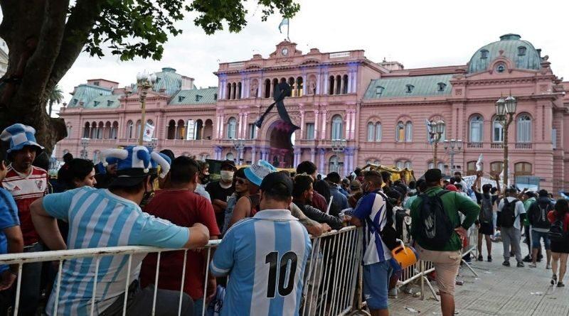Una multitud despide a Diego Maradona en la Casa Rosada