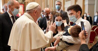 El Papa: Diáconos no sean «medio sacerdotes» o «monaguillos de lujo» sino siervos humildes