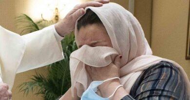 El Papa abraza a un grupo de familias que huyeron de Kabul